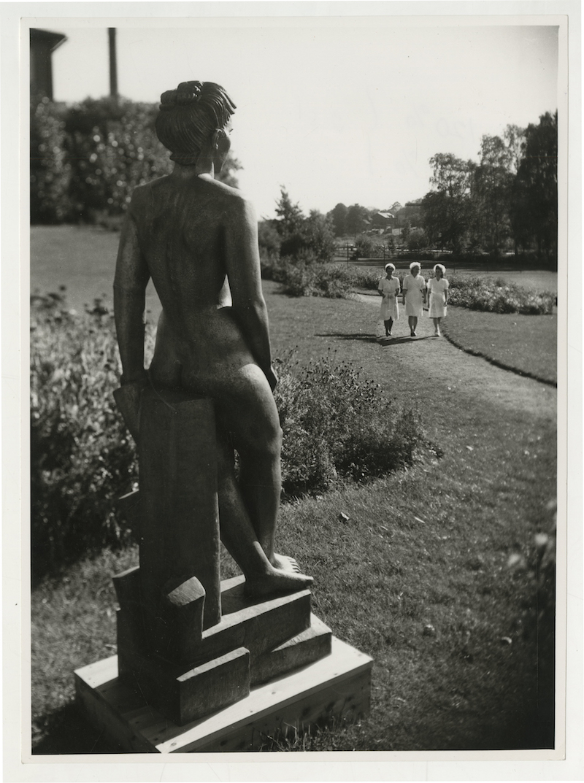 Marabou-personal med statyn Margit av Bror Hjorth