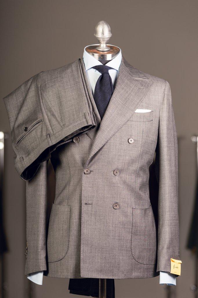 dubbelknäppt kostym helbild spiga grå