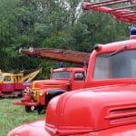 Stor samling av brandbilar under klubban