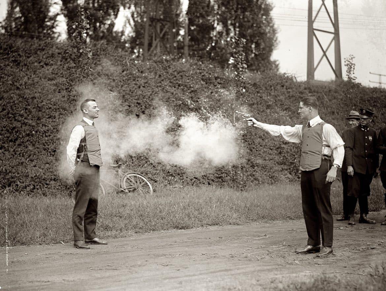 test av skottsäker väst 1920-tal