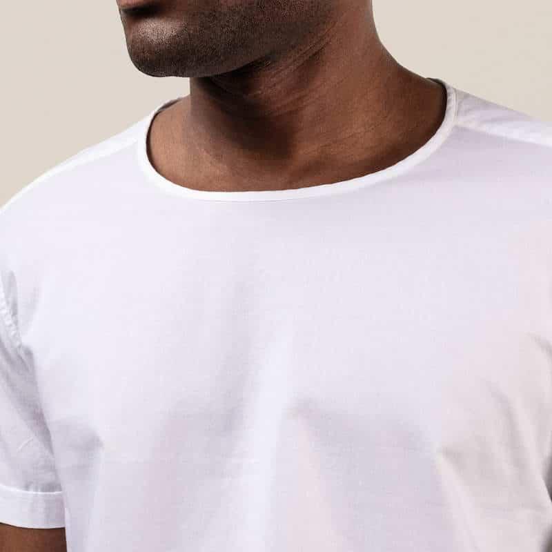 den vita t-shirten