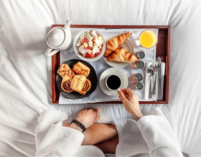 lyxig hotellfrukost på sängen