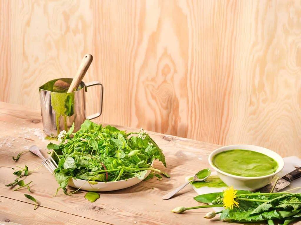 sallad på primörgrönt med ramlöksdressing recept