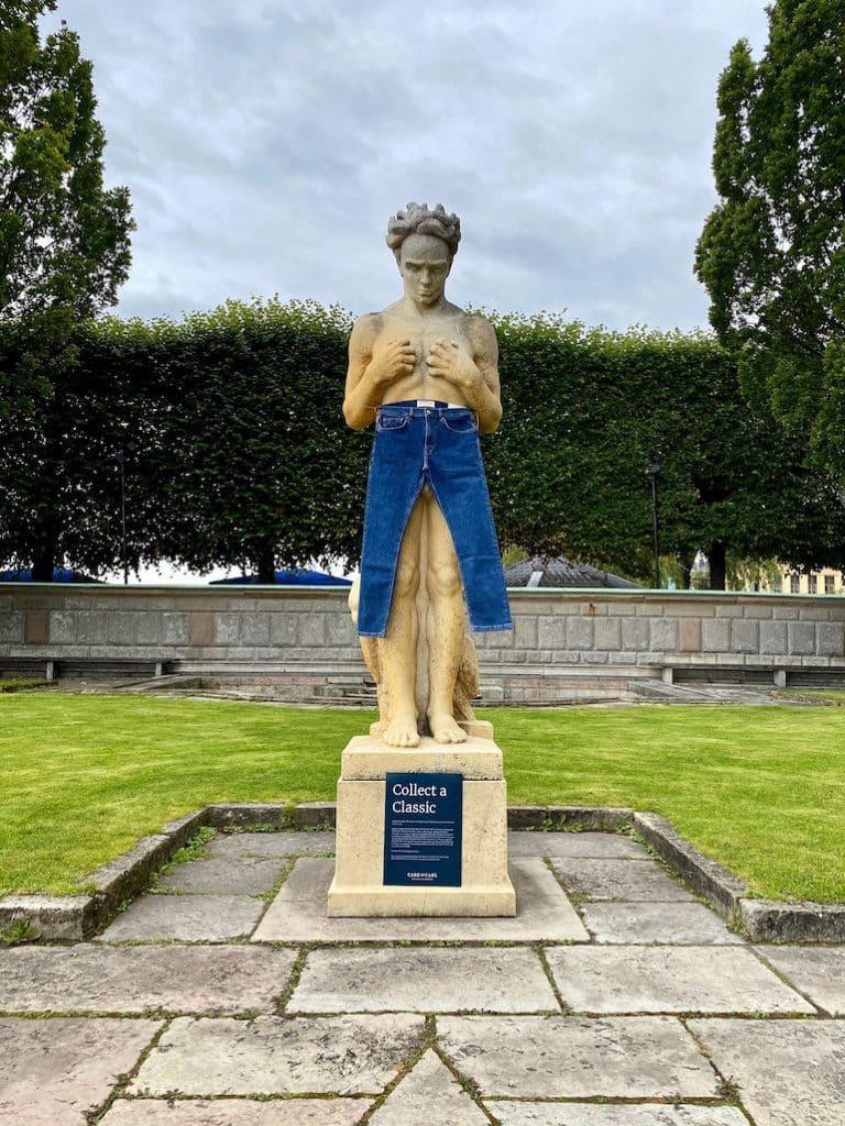 märkeskläder på statyer
